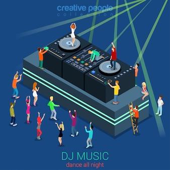 Nachtclub tanz dj stand party flach isometrisches konzept menschen tanzen vor der bühne und auf dee-jay-ausrüstung illustration.