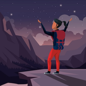 Nachtlandschaft der bergsteigerfrau, die an der spitze des berges feiert