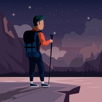 Nachtlandschaft des bergsteigermannes an der spitze des berges