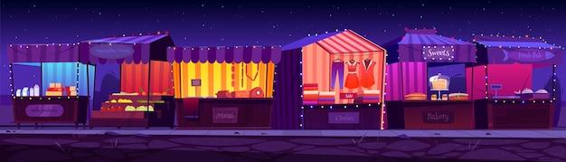 Nachtmesse, marktstände im freien, stände und kioske mit gestreifter markise, kleidung oder lebensmitteln