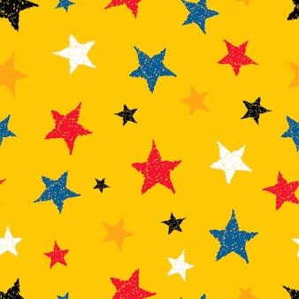 Nahtloser hintergrund von gekritzelsternen. mehrfarbige handgezeichnete sterne auf gelbem hintergrund. vektor-illustration