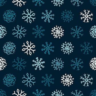 Nahtloser hintergrund von hand gezeichneten schneeflocken. blaue bunte schneeflocken auf blauem hintergrund. weihnachts- und neujahrsdekorationselemente. vektor-illustration.