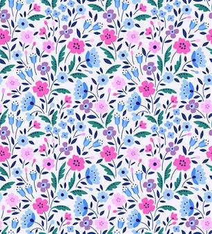 Nahtloses blumenmuster im volksstil kleine rosa und lila blüten weißer hintergrund