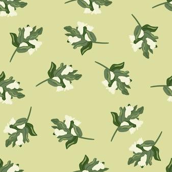 Nahtloses gekritzelmuster mit handgezeichneten grünen und weißen zweigen mit beerenverzierung.