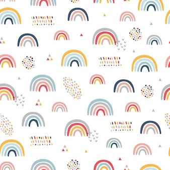 Nahtloses kindliches muster mit handgezeichneten regenbogen.