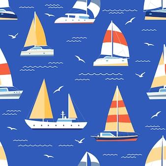 Nahtloses muster der boote. sommerlicher marinedruck mit segelbooten und yacht auf see. segelregattaschiffe reisen im blauen ozean, flache vektortextur. ozean-design für tapeten und geschenkpapier