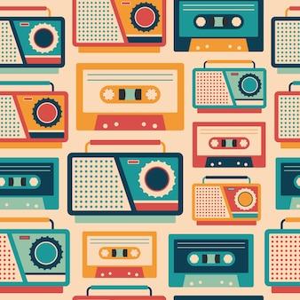 Nahtloses muster der retro- tonband-recorder und der kassetten.