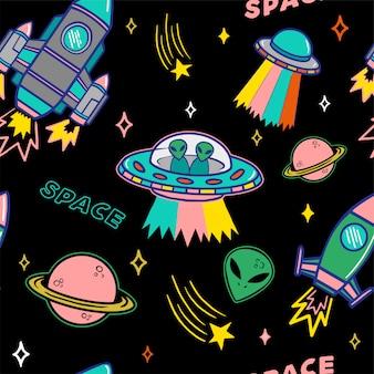 Nahtloses muster des bunten satzes der karikatur mit raumschiffplaneten und sternen des ufo-außerirdischen auf dunklem hintergrund.