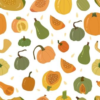 Nahtloses muster des farbigen kürbises, herbstgemüse ganz und in scheiben. grüne, gelbe und orangefarbene kürbisse. gezeichnete karikaturillustration des vektors hand auf weißem hintergrund.