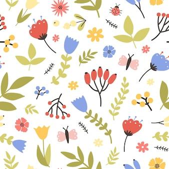 Nahtloses muster des frühlings mit blühenden pflanzen auf weiß. blumenhintergrund mit wiesenblumen, beeren, schmetterlingen und käfern. flache saisonale illustration für tapete, stoffdruck.