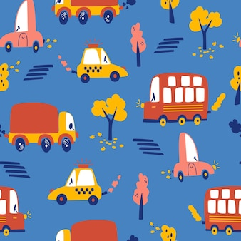 Nahtloses muster des städtischen verkehrs. herbstbäume, verschiedene autos, taxi. hand zeichnen kinder hintergrund des stadtverkehrs auf dunkelblauem hintergrund. für druck, tapete, stoff, modetextilien. vektor