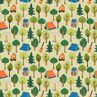 Nahtloses muster des zelten und wanderns von zelten in einem wald von bäumen mit lagerfeuer-rucksäcken-rucksackgitarren und wegmarkierungsvektorillustration im quadratischen format