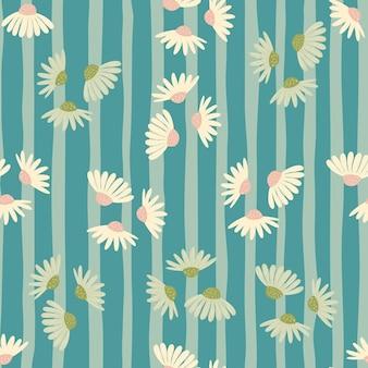 Nahtloses muster im zufälligen stil mit doodle-gänseblümchen-elementen. blau gestreifter hintergrund. dekorative kulisse.