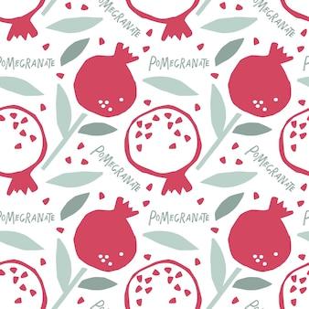 Nahtloses muster kindisch geschnittener granatapfel mit blatt hand gezeichneter gekritzelskizzenhintergrund