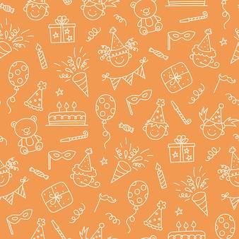 Nahtloses muster mit alles gute zum geburtstaggekritzel. skizze der partydekoration, lustiges smiley-kindergesicht, geschenkbox und süßer kuchen. kinder zeichnen. handgezeichnete vektor-illustration auf orangem hintergrund.
