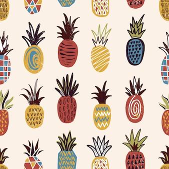 Nahtloses muster mit ananas verschiedener farbe und textur auf hellem hintergrund. hintergrund mit exotischen tropischen reifen saftigen früchten. bunte hand gezeichnete illustration für tapete, stoffdruck.