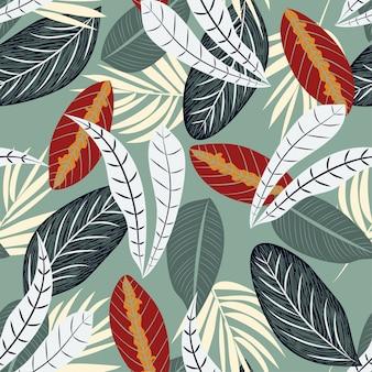 Nahtloses muster mit bunten tropischen pflanzen auf grün