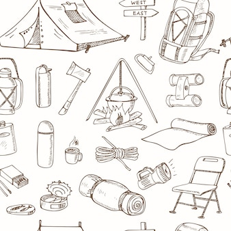Nahtloses muster mit handgezeichneten zeichnungen der campingausrüstung. skizzen. handzeichnung.