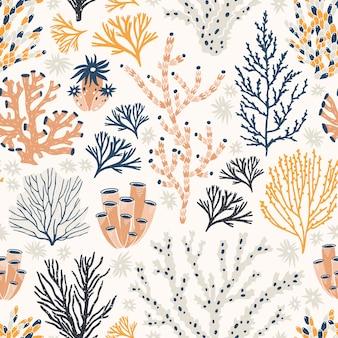 Nahtloses muster mit korallen und seetang oder algen auf weißem hintergrund