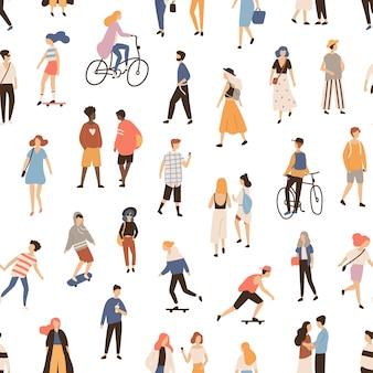 Nahtloses muster mit leuten, die auf straße gehen, fahrrad oder skateboard fahren. hintergrund mit männern, frauen und kindern, die aktivitäten im freien durchführen. flache karikaturillustration für textildruck.