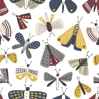 Nahtloses muster mit motten auf weißem hintergrund. hintergrund mit schmetterlingen, fliegenden insekten mit gelben und grauen flügeln.