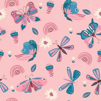 Nahtloses muster mit rosa und blauen schmetterlingen und blumen