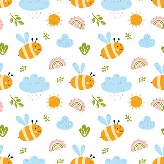 Nahtloses muster mit süßer biene zum nähen von kinderkleidung. hintergrund im kinderzimmer mit wolken und regenbogen. bedrucken von textilien.