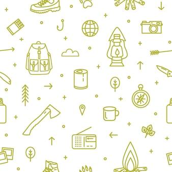 Nahtloses muster mit wander- und touristischer ausrüstung und werkzeugen für campingausflüge und reisen mit grünen konturlinien auf weißem hintergrund. monochrome vektorgrafik im trendigen strichzeichnungsstil