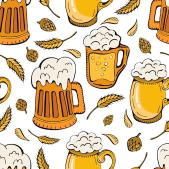Nahtloses muster von bierkrügen, hopfen und weizenähren. biergetränke retro-cartoon von bechern und krügen voller leichter bier-, lager- und ale-getränke.