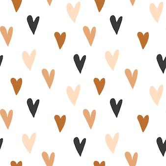 Nahtloses muster von handgezeichneten einfachen herzen in den farben pastellbraun und neutrales beige