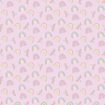 Nahtloses muster von regenbogen und libellen auf einem lila hintergrund. vektorillustration