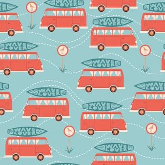 Nahtloses sommermuster mit auto- oder bus-surfbrett-verkehrsschild mit vogel oder möwe und schriftzug
