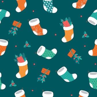 Nahtloses weihnachtsmuster mit socken und mistel.