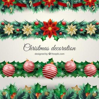 Natürliche weihnachtsdekoration mit kugeln und blumen