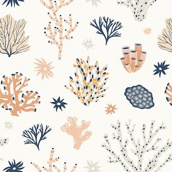 Natürliches nahtloses muster mit orangefarbenen und blauen korallen, algen oder algen. kulisse mit ozeanischen arten, wasserflora und -fauna, biodiversität des tropischen meeresbodens. flache vektorillustration für tapeten.