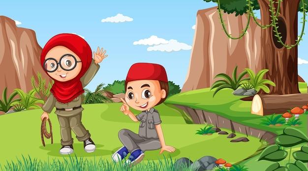 Naturszene mit muslimischen kindern, die im wald erkunden