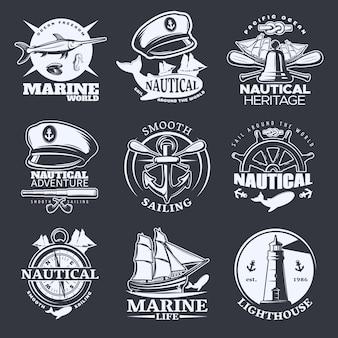 Nautisches emblem auf schwarz gesetzt mit marine-welt-seesegel um die welt glatte segelbeschreibungen