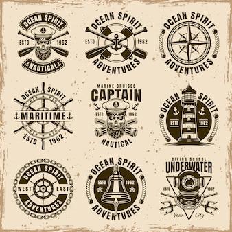Nautisches set von neun vektoremblemen, etiketten, abzeichen oder t-shirt-drucken im vintage-stil auf schmutzigem hintergrund mit flecken und grunge-texturen