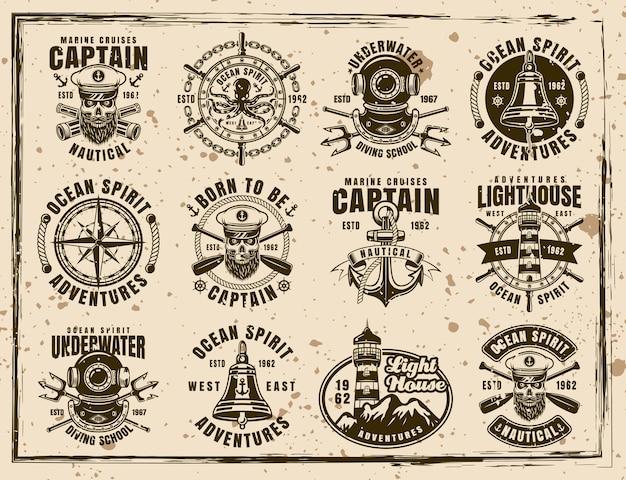 Nautisches set von zwölf vektoremblemen, etiketten, abzeichen und drucken im vintage-stil auf schmutzigem hintergrund mit flecken und grunge-texturen