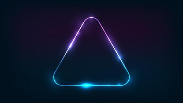 Neon abgerundeter dreiecksrahmen mit glänzenden effekten auf dunklem hintergrund. leere leuchtende techno-kulisse. vektor-illustration.