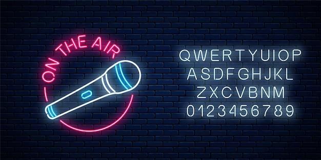 Neon auf dem luftzeichen mit mikrofon im runden rahmen mit alphabet.