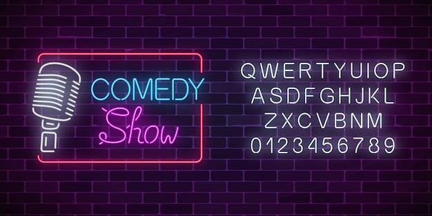 Neon-comedy-show-schild mit retro-mikrofon und alphabet