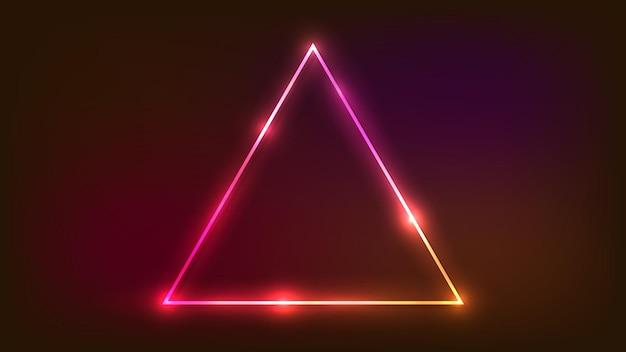 Neon-dreieckiger rahmen mit glänzenden effekten auf dunklem hintergrund. leere leuchtende techno-kulisse. vektor-illustration.