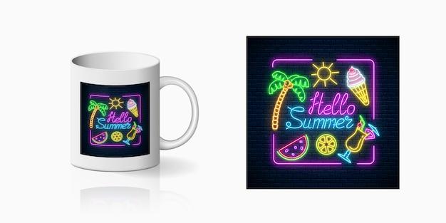 Neon fröhlicher sommerdruck mit beschriftung und sommersachen im rechteckrahmen für tassenentwurf. glänzendes sommerdesign