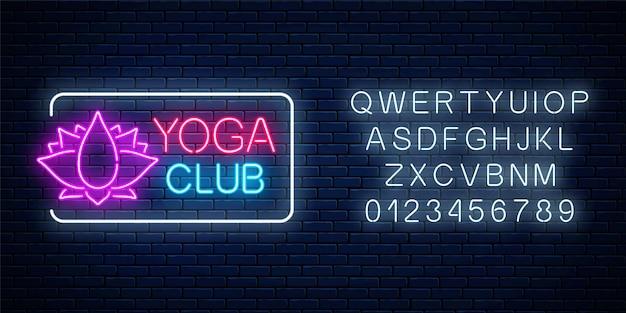 Neon leuchtendes zeichen des yoga-übungsclubs mit lotussymbol im rechteckigen rahmen mit alphabet