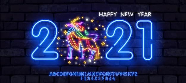 Neon new year 2021 grußkarte - neonblaue buchstaben 2021 neonschild, helles schild, helles banner.