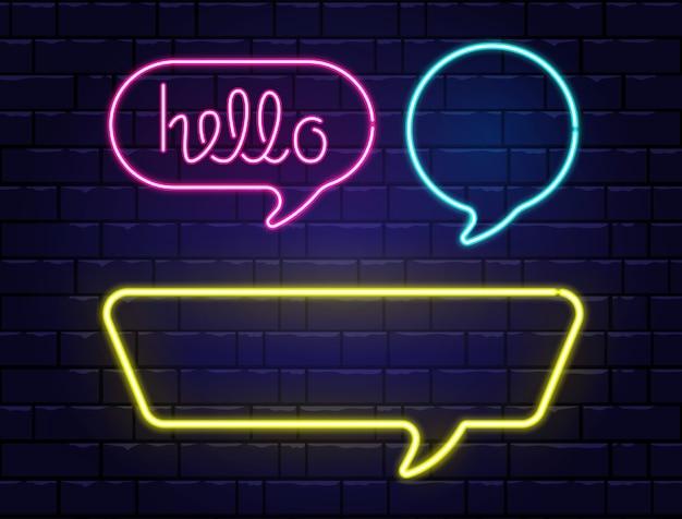 Neon-sprechblasen mit platz für text. hallo neon schriftzug. realistische farbneonfahnen lokalisiert auf backsteinmauerhintergrund. leuchtendes nachtschild. leichte elektrische grenzen. illustration