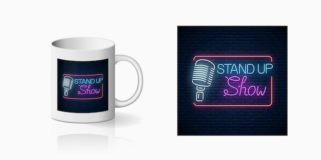 Neonabzug des stand-up-show-zeichens mit retro-mikrofon auf tassenmodell. design auf tasse eines nachtclubs mit comedy-kampf