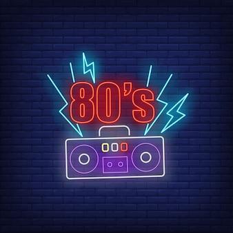 Neonbeschriftung der achtzigerjahre mit kassettenrecorder