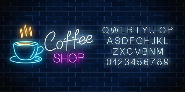Neoncaféschild mit alphabet auf einer dunklen backsteinmauer